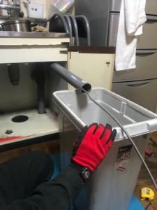 高圧洗浄作業中のバケツ